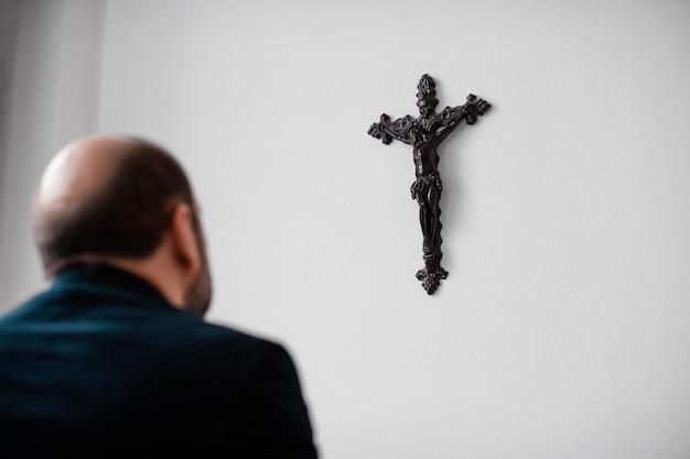 집에서기도하는 종교적인 남자