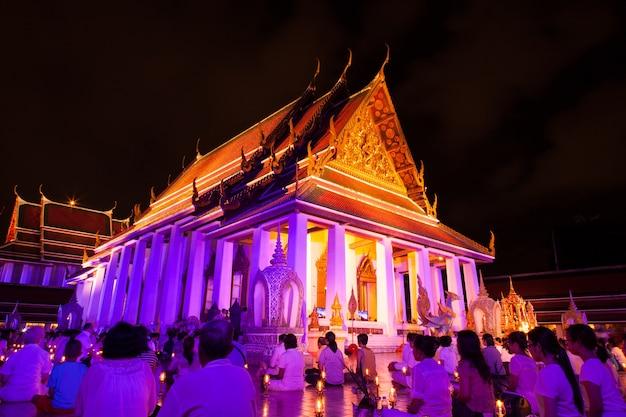 В храме собрался религиозный ритуал.