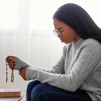 Религиозная женщина, держащая четки