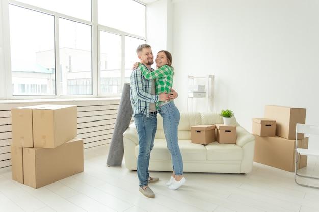이전, 부동산 및 이동 개념-그들의 새로운 가정으로 이동하는 쾌활한 젊은 부부
