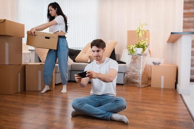 Концепция отношений переезда. жена распаковывает коробки