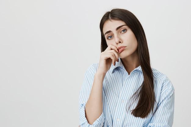 La donna annoiata riluttante sembra scettica