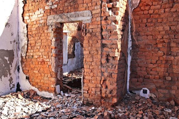 地面に取り壊された古い建物の残骸