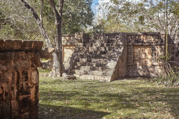 メキシコのチチェンイツァの考古学複合施設内に階段のあるマヤの建物の遺跡
