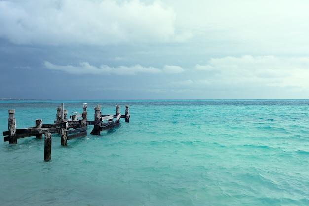 メキシコのカンクンのプラヤカラコルビーチにある古い桟橋の遺跡