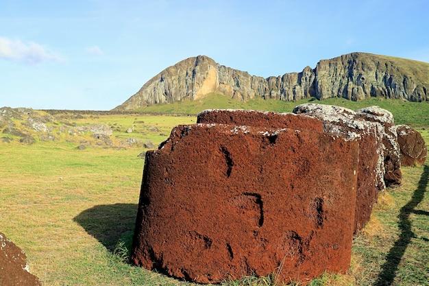 Остатки головных уборов статуй моаи из красного шлака в аху тонгарики, остров пасхи, чили