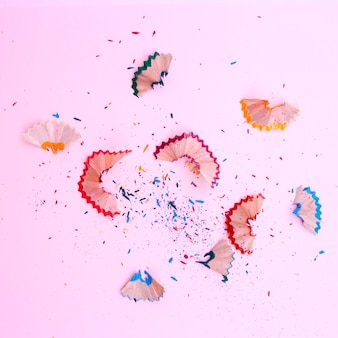 Остатки острых карандашей на розовом фоне