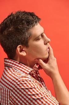 Ricorda tutto. fammi pensare. concetto di dubbio. uomo dubbioso e premuroso che ricorda qualcosa.