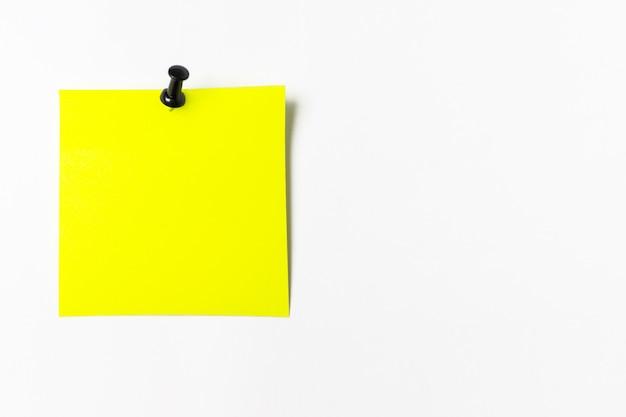 정보를 상기시켜줍니다. 흰색 배경에 buttonon 하나의 빈 사각형 노란색 스티커 종이. 빈 노란색 스티커 메모입니다.