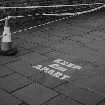 물리적 거리두기를 위해 영국의 보도에 2m 간격 유지에 대한 알림