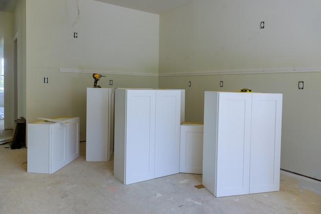 주방의 새 가구에 설치된 리모델링 주택 개선 뷰
