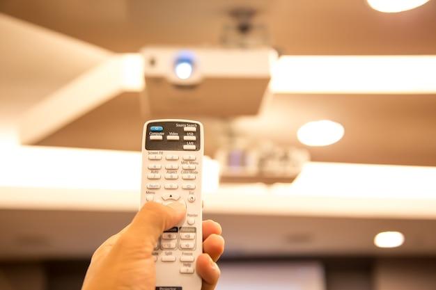 원격 제어는 회의실에서 오버 헤드 디지털 프로젝터 천장을 켭니다.
