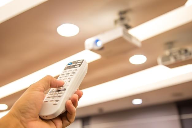 원격 제어는 회의실에서 오버헤드 디지털 프로젝터 천장을 켭니다.