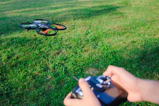 ドローンのリモート制御。屋外飛行ドローン