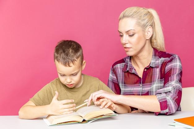 Дистанционное обучение. домашнее обучение детей. мама помогает сыну учиться.