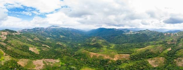 北ラオスの山々の遠く離れた谷澄んだ青い空