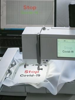 Удаленная работа в карантине. covid-19 анти-коронавирусная креативная концепция. слова вышиты на белой ткани