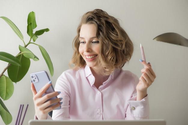 自宅からリモート作業。ノートパソコン、コーヒー、眼鏡のフリーランサー。遠隔教育、分離、女性のビジネス、オンラインショッピングの概念。