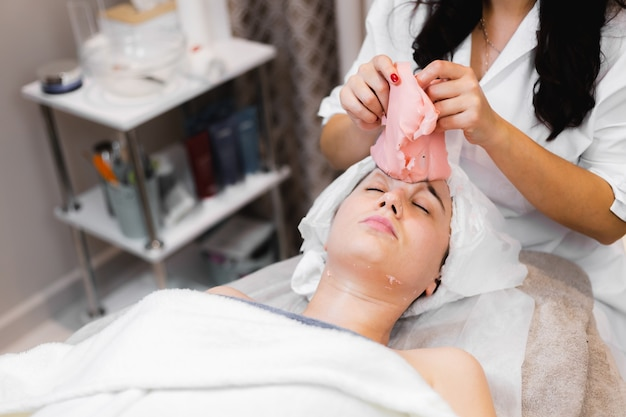 Rimuovere la maschera di alginato dal salone di bellezza
