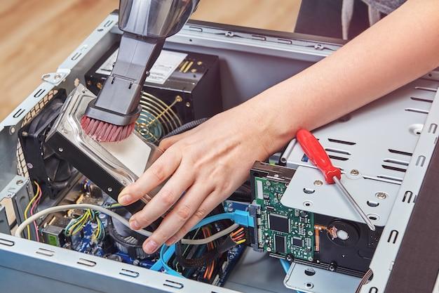 진공 청소기를 사용하여 데스크탑 pc의 하드 디스크 드라이브에서 먼지 제거
