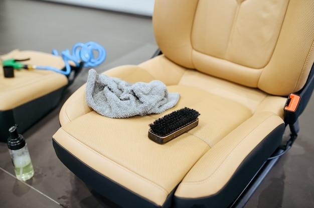 Убраны автокресла и инструменты для химчистки. мойка автомобилей в гараже
