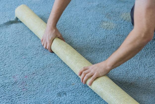 아파트 바닥 리노베이션 작업을 위해 카펫 제거