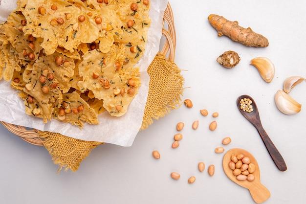 Rempeyekまたはpeyekkacangは、米粉から作られたおいしいインドネシアのジャワのクラッカーです。