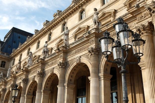 파리의 루브르 박물관에서 르네상스 건축과 가로등