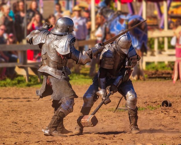 Рыцари фестиваля эпохи возрождения сражаются в доспехах