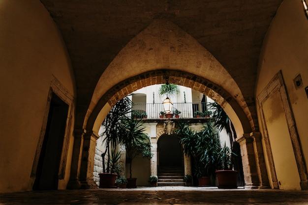 イタリアのrenancentistスタイルの典型的な住居のインテリアアトリウム。