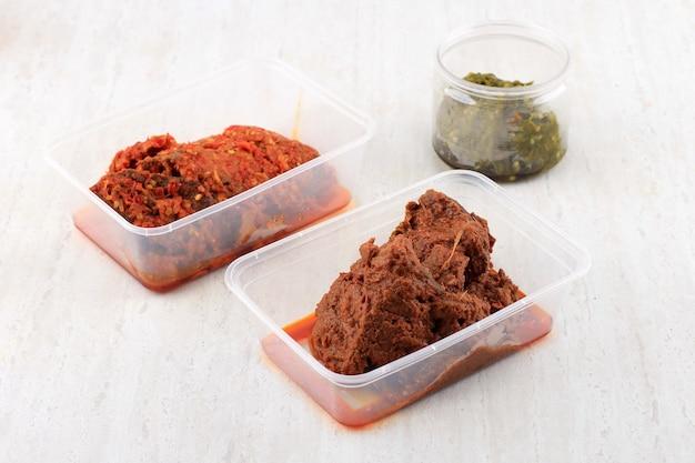 ルンダンとデンデンバラドとサンバルイジョグリーンチリソースまたはサンバルド冷凍食品