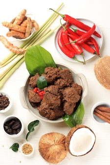 ルンダンまたはランダンは、ビーシチューの背景から作られた世界で最もおいしい食べ物です
