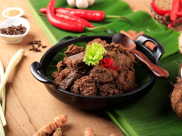Ренданг или ранданг - самая вкусная еда в мире. сделано из тушеной говядины и кокосового молока с добавлением различных трав и сока. обычно еда из племени минанг, западная суматера, индонезия.