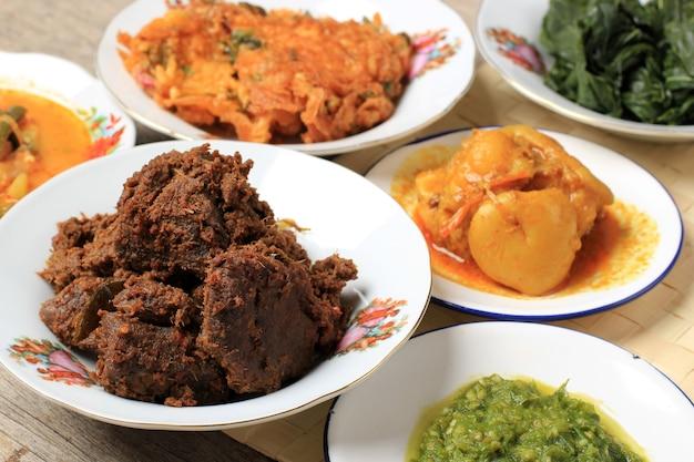 ルンダンパダン。インドネシアのパダン産のスパイシーなビーフシチュー。この料理は、ワルンナシパダンの他のメニューの中でアレンジされています。