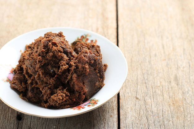 ルンダン、インドネシアのパダン産のスパイシーなビーフシチュー。この料理は、ワルンナシパダンの他のメニューの中でアレンジされています。