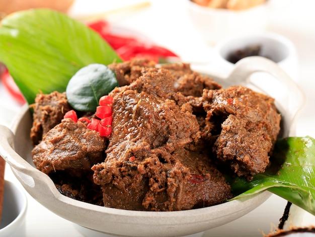 ルンダン、インドネシア、パダンの伝統料理。牛肉と様々な種類のハーブから作られています。イードムバラクの間に非常に人気があります