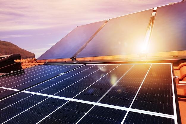電気とお湯用のソーラーパネルを備えた再生可能エネルギーシステム