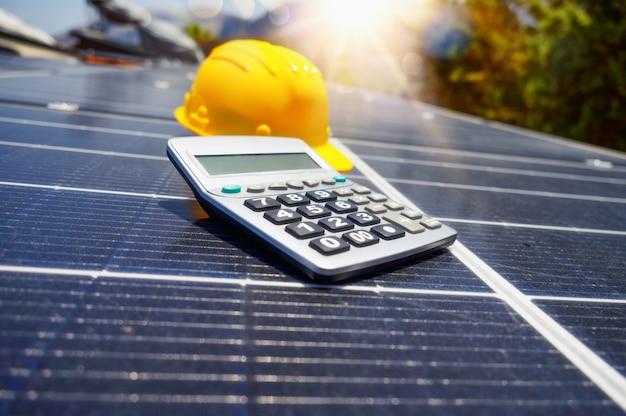 지붕에 태양광 패널이 있는 재생 에너지 시스템