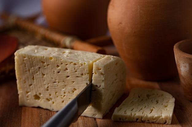 レンネットチーズ。カードチーズ。 (queijocoalhoまたはqueijodecoalho)。北東地域からの本物の典型的なブラジルのチーズ。展望。