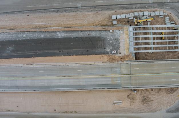 アメリカの近代的な道路インターチェンジの橋の再建に関する改修橋建設現場
