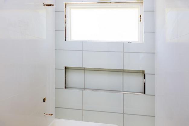 리노베이션 공사 누워 바닥 및 벽 타일 미완성 욕실 재건축