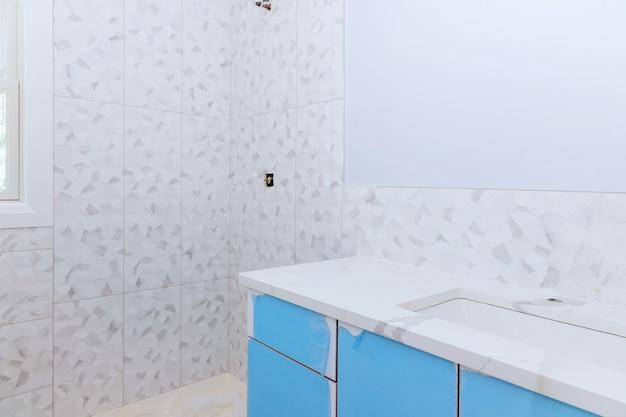 타일을 사용할 수 있는 새로운 공사 중인 욕실 내부 건식 벽체로 마스터 욕실의 개조 공사
