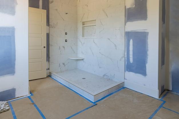 건설중인 새로운 욕실 인테리어 건식 벽체로 마스터 욕실의 개조 공사