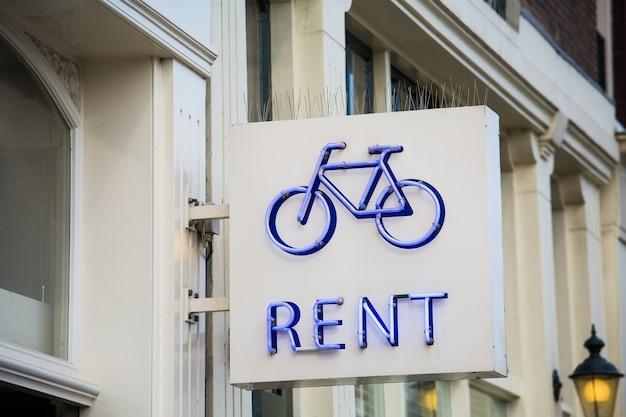 街で自転車の青いネオンサインを借りる