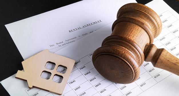 Форма договора аренды на рабочем столе с ручкой