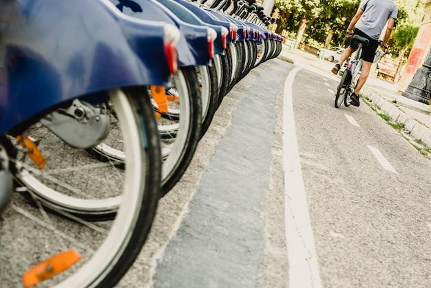 通りのレンタル自転車