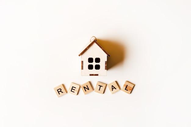 Аренда недвижимости в виде деревянного игрушечного домика