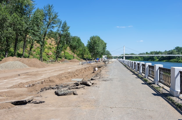 市の堤防の修繕工事