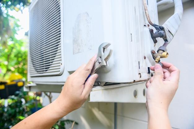 自宅でエアコンを修理・修理します。コロナウイルスの危機の間、自宅で封鎖して自己検疫します。外出禁止令と社会的距離。