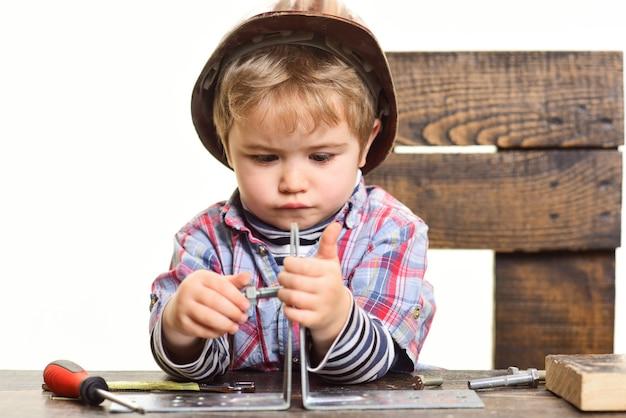 금속판 부품을 어린이 창의력의 볼트 개념으로 연결하는 수리 개념 아이